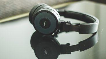 Satter Bass, klare Höhen: On-Ear-Kopfhörer AKG Y55